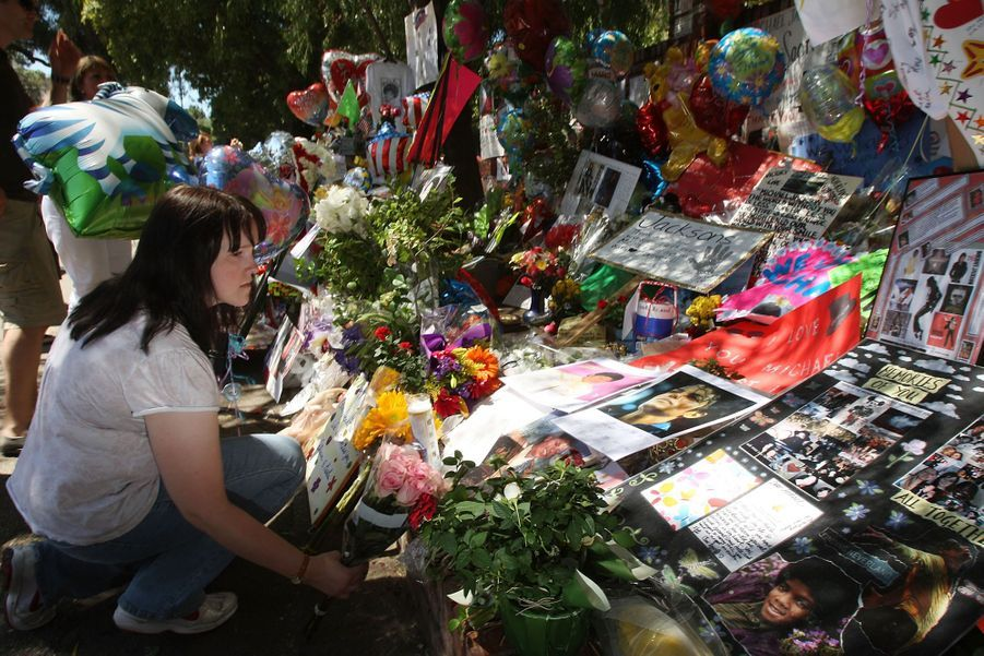Des fans se recueillent devant le domicile de Michael Jackson après sa mortle 25 juin 2009