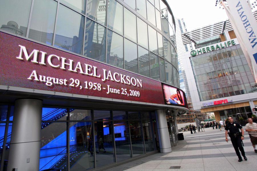 Un hommage est fait pour Michael Jackson sur la devanture du Staples Center à Los Angeles le 25 juin 2009