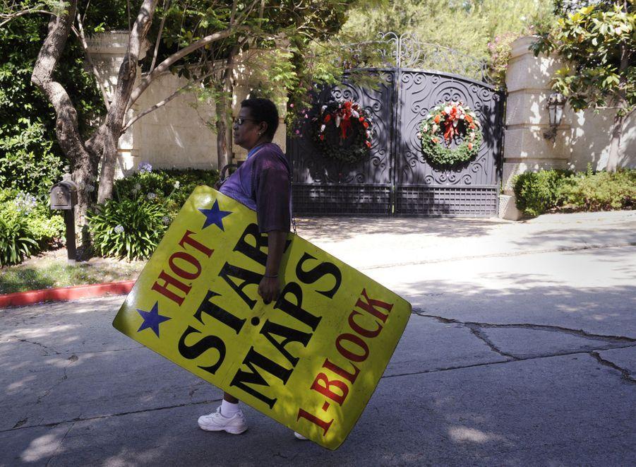 Une femme passe devant le domicile de Michael Jackson à Los Angeles