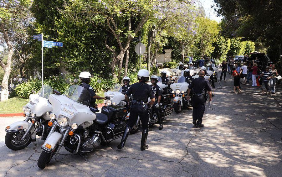 Des policiers se positionnent devant le domicile de Michael Jackson à Los Angeles le 25 juin 2009