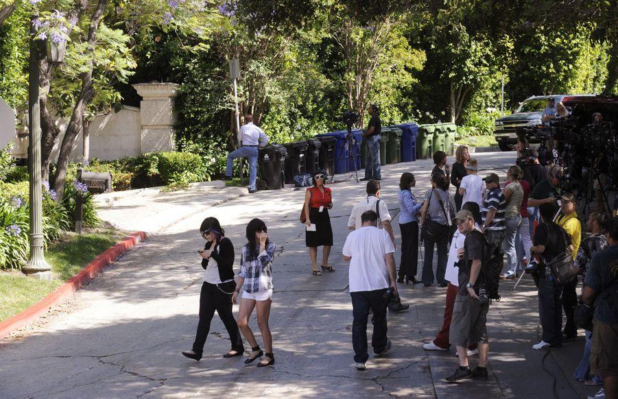 Des fans se pressent devant le domicile de Michael Jackson à Los Angeles le 25 juin 2009