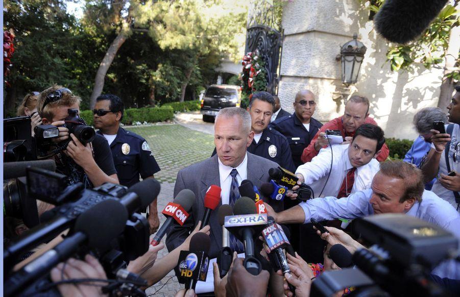 Les autorités annoncent que Michael Jackson a été transporté à l'hôpital après avoir été retrouvé inconscient à son domicile le 25 juin 2009