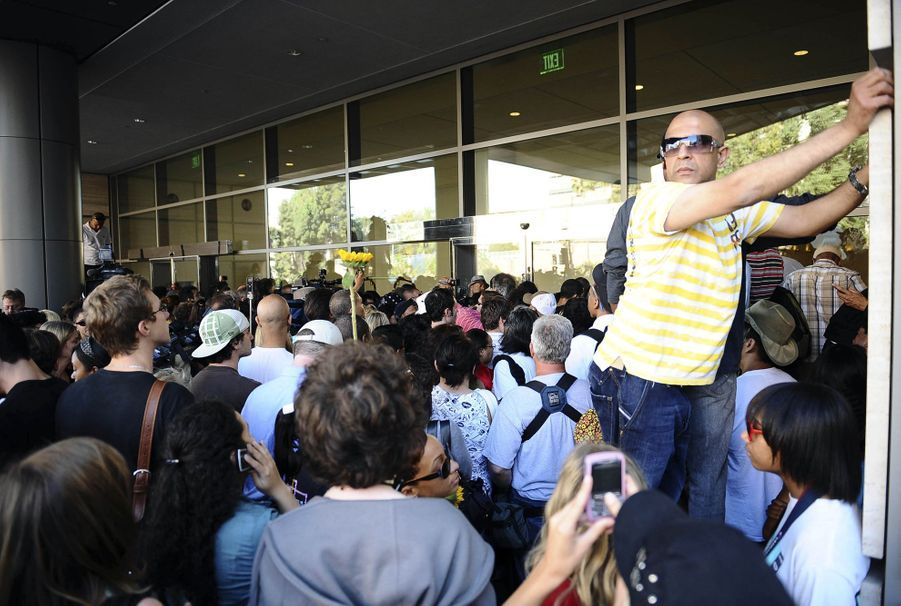 Une foule de gens se presse devant l'hôpital Ronald Reagan UCLA Medical Center à Los Angeles le 25 juin 2009