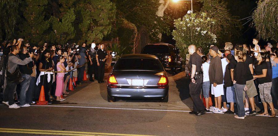 Une foule de gens observe la famille Jackson arriver à son domicile à EncinoRonald après la mort de Michael Jackson le 25 juin 2009