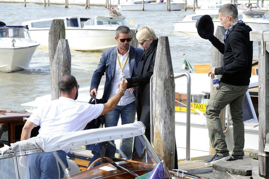 Ellen Barkin se rend au mariage de George et Amal Clooney à Venise en 2014.