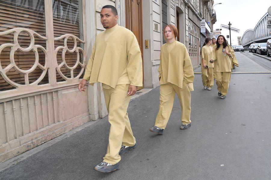 Des artistes arriventau théâtre des Bouffes du Nord à Paris pour le Sunday Service de Kanye West, le 1er mars 2020