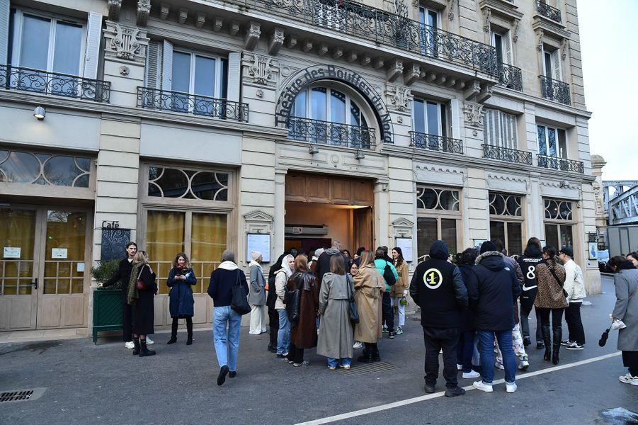 Des personnes rassemblées devant lethéâtre des Bouffes du Nord à Paris, où se tenait le Sunday Service de Kanye West le 1er mars 2020