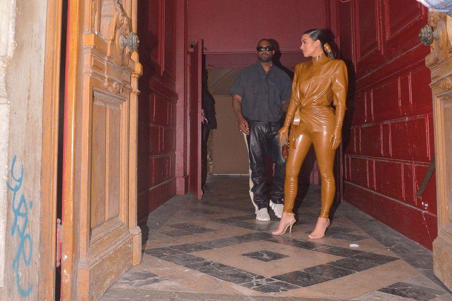 Kim Kardashian et Kanye West quittent lethéâtre des Bouffes du Nord à Paris le 1er mars 2020