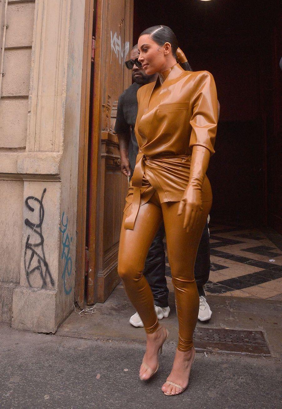Kim Kardashian et Kanye Westquittent lethéâtre des Bouffes du Nord à Paris le 1er mars 2020