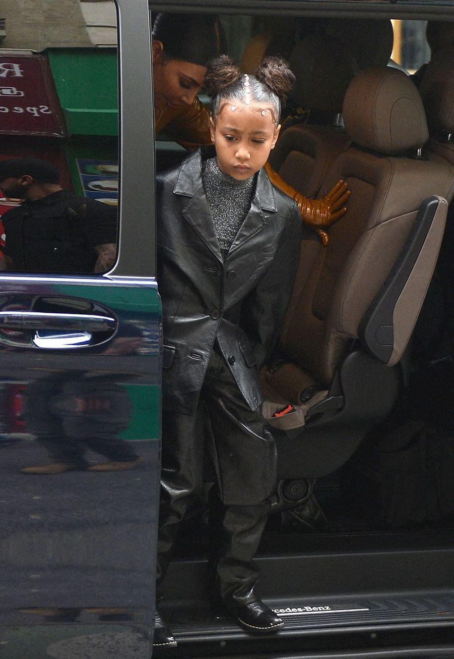 Kim Kardashian et sa fille North se rendent au théâtre des Bouffes du Nord à Paris le 1er mars 2020