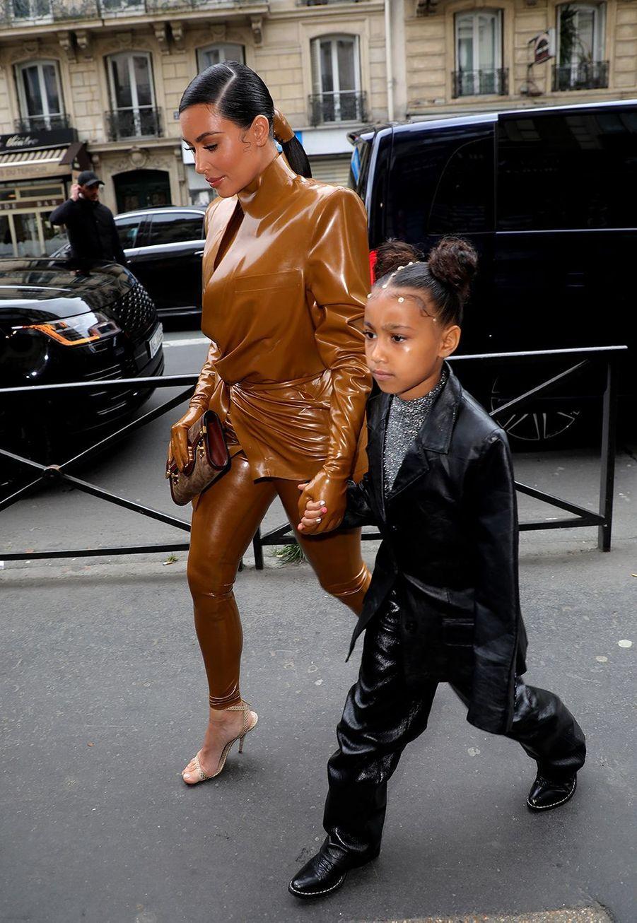 Kim Kardashian et sa fille Northse rendent au théâtre des Bouffes du Nord à Paris le 1er mars 2020
