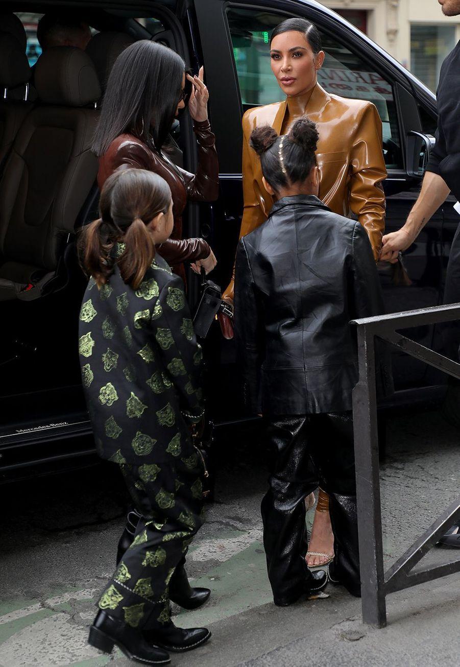 Kim Kardashian avec sa fille North, sa soeur Kourtney et sa nièce Penelopese rendent au théâtre des Bouffes du Nord à Paris le 1er mars 2020