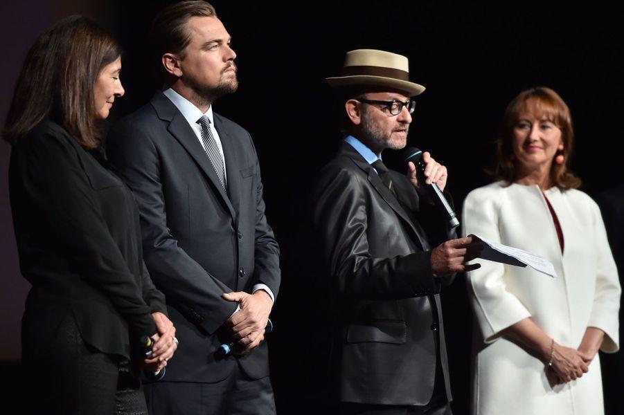 Fisher Stevens s'exprime aux côtés d'Anne Hidalgo, de Leonardo DiCaprio et de Ségolène Royal.