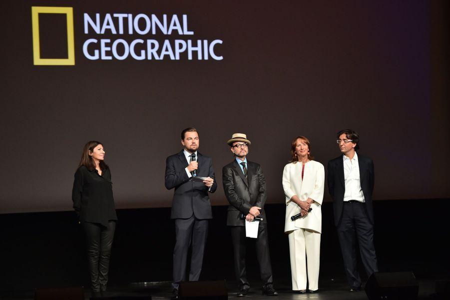 Leonardo DiCaprio entouré d'Anne Hidalgo, du réalisateur Fisher Stevens, de Ségolène Royal et d'Olivier Bramly, directeur général de National Geographic, sur la scène duThéâtre du Châtelet.