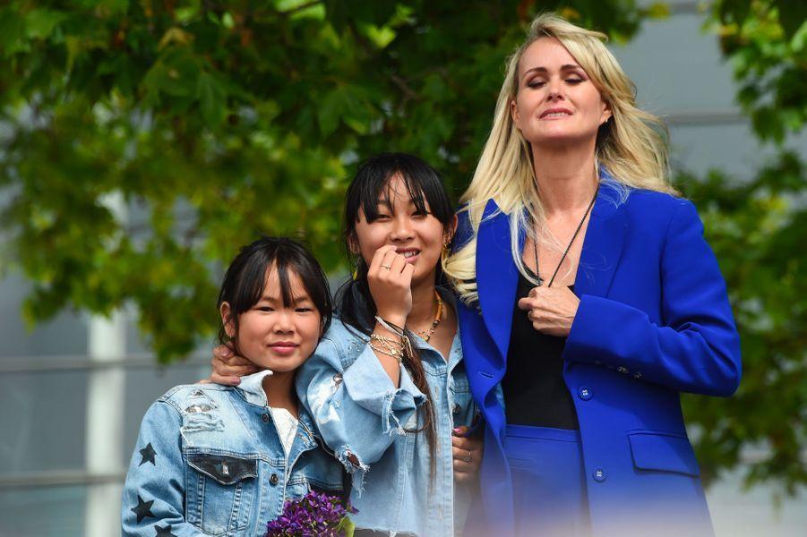 Laeticia Hallyday à Toulouse, samedi, avec ses filles Jade et Joy.