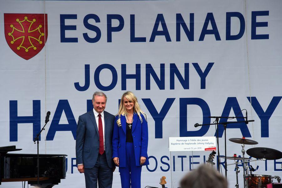 Laeticia Hallyday avec le maire de Toulouse Jean-Luc Moudenc, samedi.