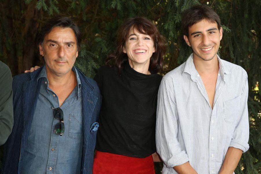 """Charlotte Gainsbourg, Yvan Attal et leur fils Ben pour le film """"Mon chien stupide"""""""