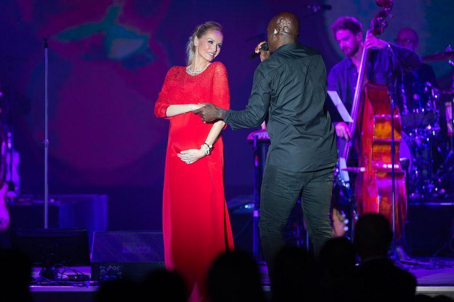 Adriana Karembeu et le chanteur Seal au gala de la Croix-Rouge