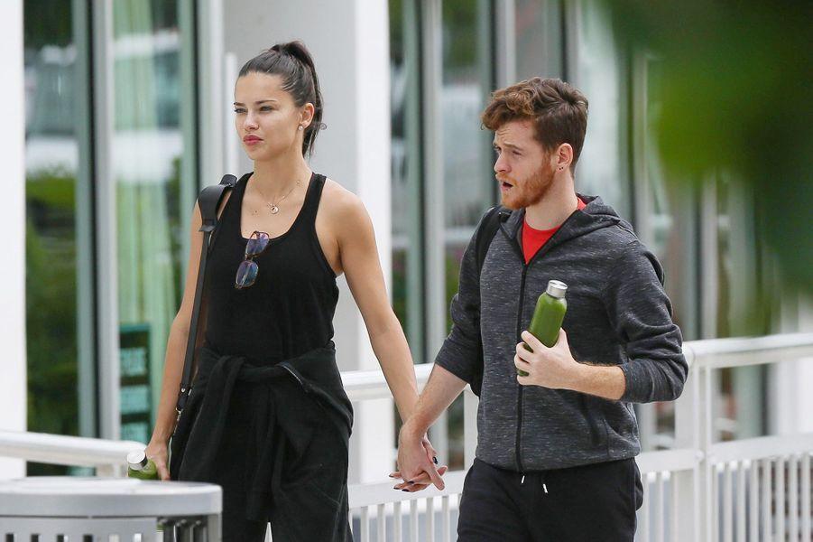 Adriana Lima et Metin Hara ensemble dans les rues de Miami, le 6 octobre 2017.