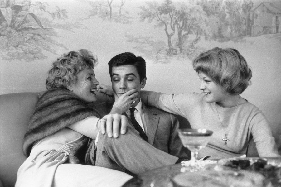 Romy Schneider, sa mère Magda et Alain Delon lors de leurs fiançailles