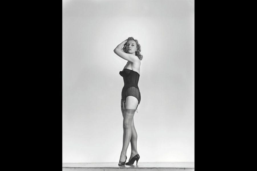 C'est Brigitte Auber qui sert d'intermédiaire avec Michèle Cordoue. L'épouse du réalisateur Yves Allégret tombe sous son charme. Elle lui fait rencontrer son mari qui cherche un jeune acteur « un peu voyou sur les bords » pour le film « Quand la femme s'en mêle ». Alain Delon refuse d'abord, puis finit par accepter. Pour faire plaisir. « Je suis entré dans ce métier comme un poisson dans l'eau parce que je ne faisais rien de plus que tous les jours. J'étais juste moi. Je ne jouais pas, je vivais. » Une carrière immense démarre.
