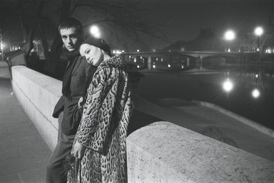 Alain et Romy, le 20 mars 1961. Ils sont seuls au monde sur les quais de Seine après avoir vécu deux heures de bruit et de fureur, d'incestes et de meurtres dans le Parme de la Renaissance. Le couple est, en effet, à l'affiche du théâtre de Paris pour « Dommage qu'elle soit une putain », de John Ford, pièce mise en scène par Luchino Visconti.