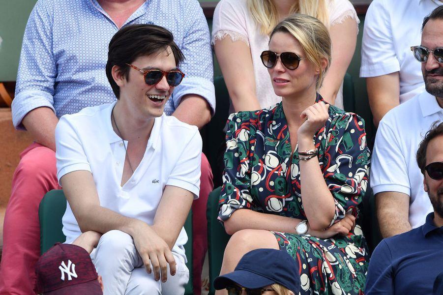 Alain-Fabien Delon et Keira Chaplin très complices à Roland Garros, le 7 juin 2018.