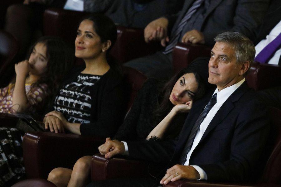 Amal repose sa tête sur le torse de George Clooney au Vatican en mai 2016.