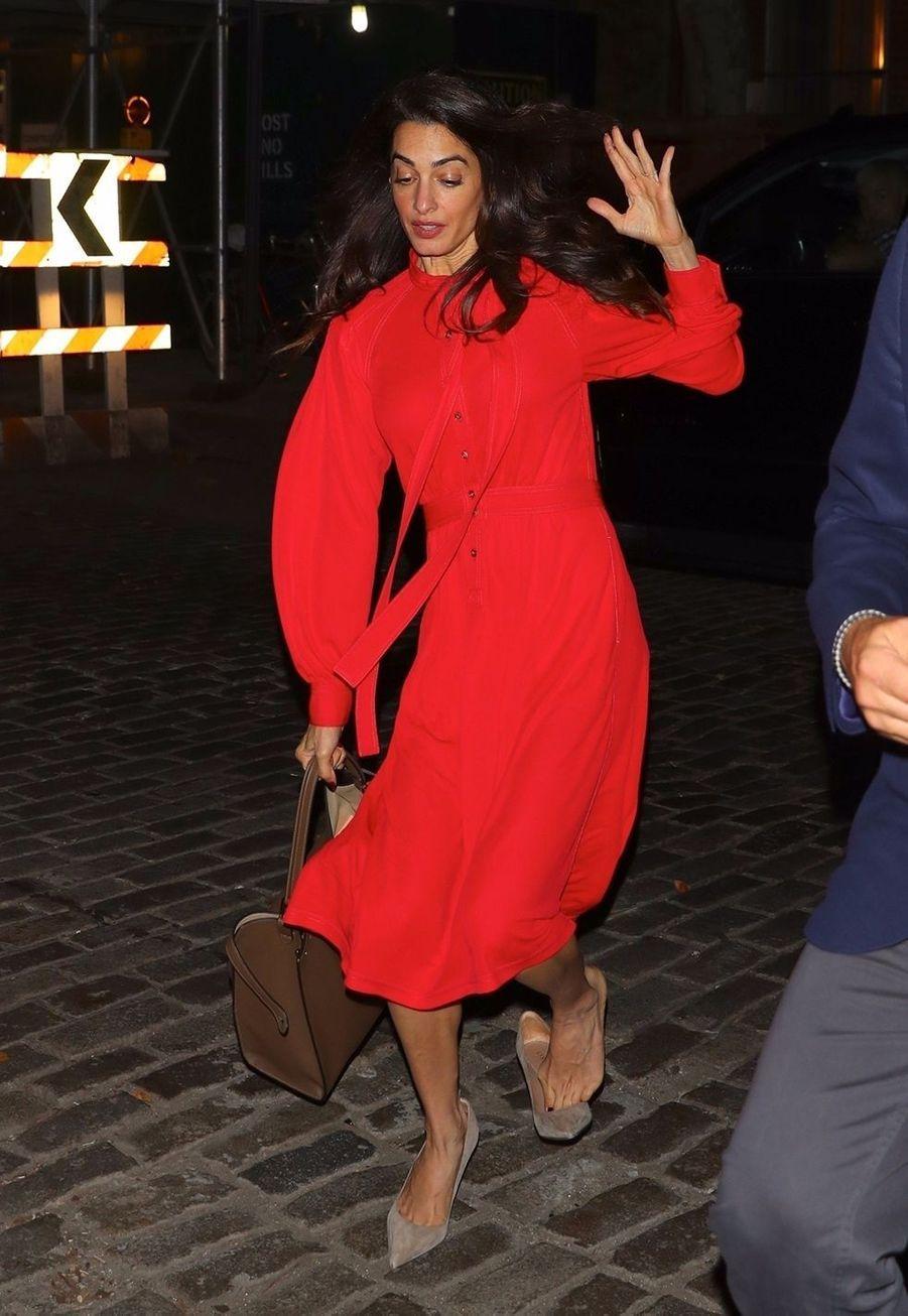 Amal Clooneytrébuche et perd sa chaussure dans les rues de New York, le 30 octobre 2019.
