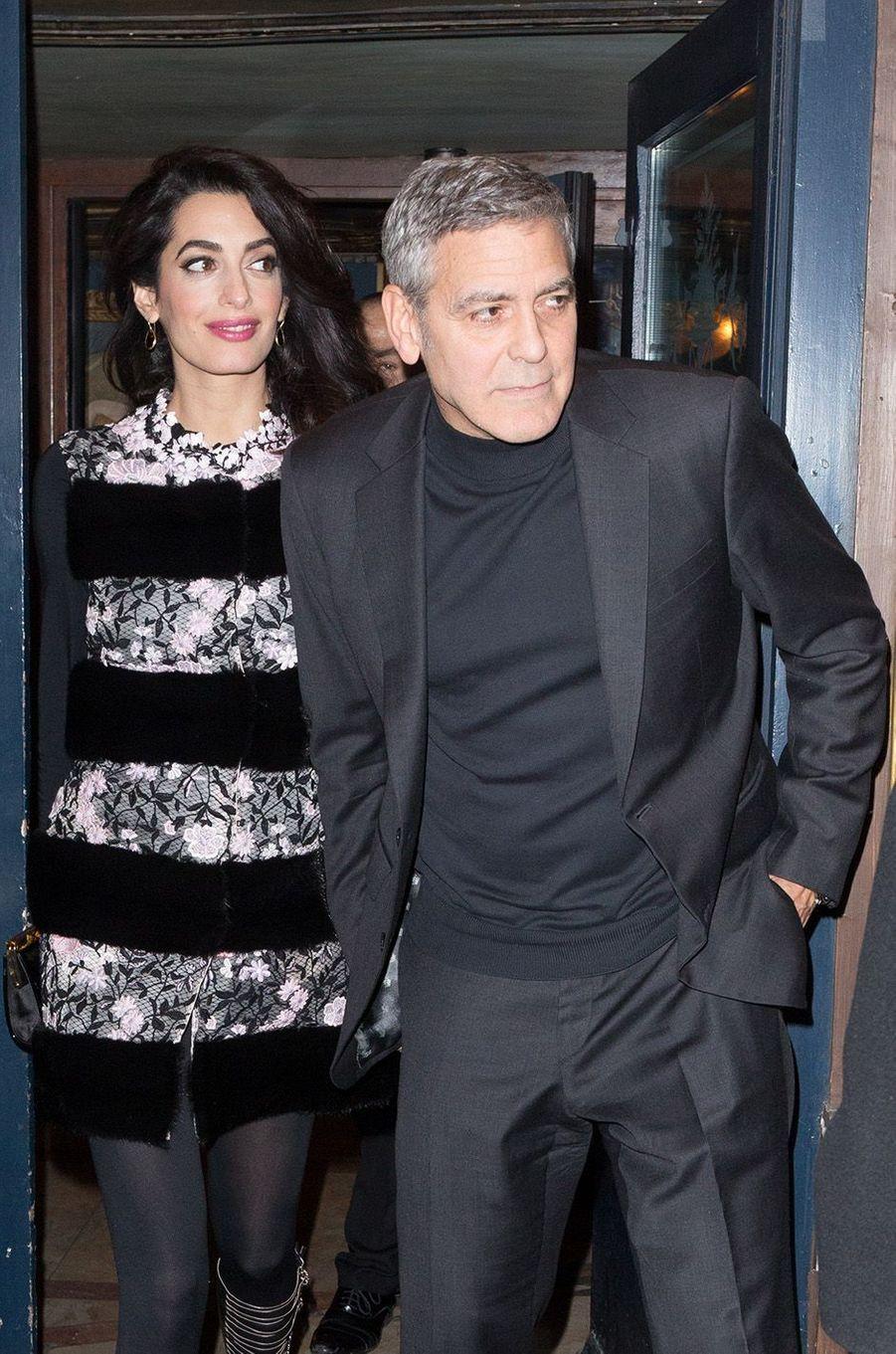 Amal Clooney dans une robe Giambattista Valli. Valeur : 9500 dollars.