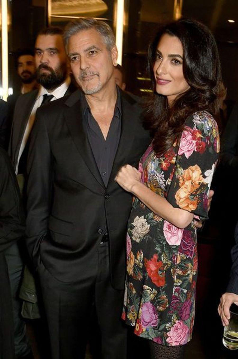 Amal Clooney en robe à fleurs Dolce & Gabbana, valeur de cette pièce mode 1800 dollars.