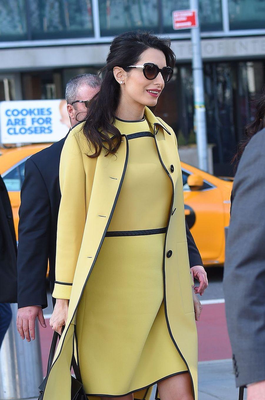 Amal Clooney dans une robe rétro Bottega Veneta estimée à 3600 dollars.