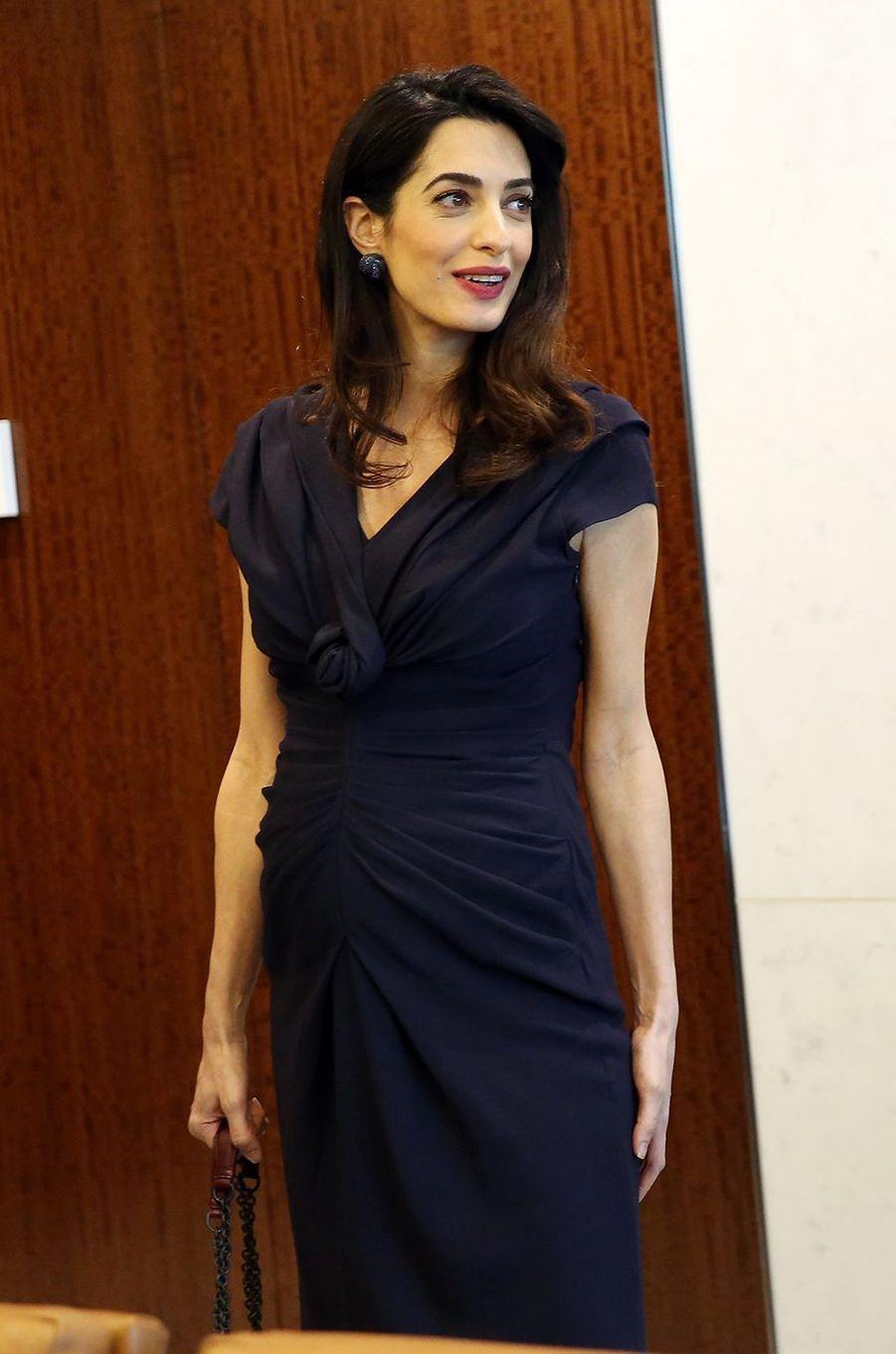 Amal Clooney a fait sensation dans cette robe noire à l'ONU.