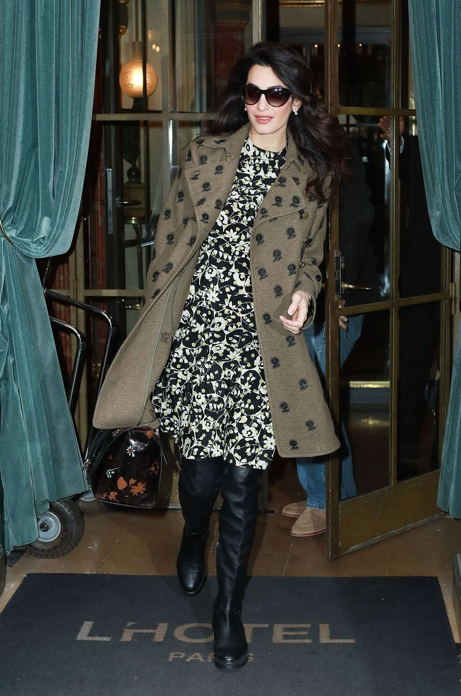 Amal Clooney opte pour un ensemble Valentino, prix de cette gourmandise mode : plus de 10.000 dollars.