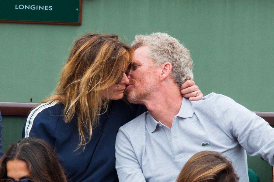 Denis Brogniart et sa femme Hortense dans les tribunes de Roland Garros 2018