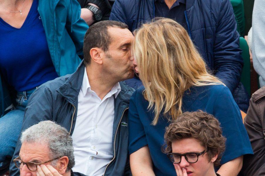 Zinedine Soualem et sa femme Caroline Faindt dans les tribunes de Roland Garros 2018