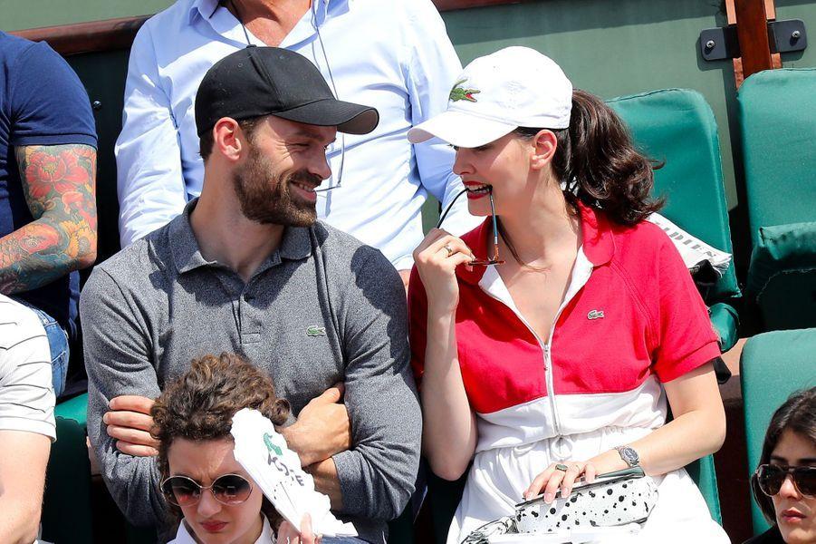 Alban Lenoir et Anne Serra dans les tribunes de Roland Garros 2018