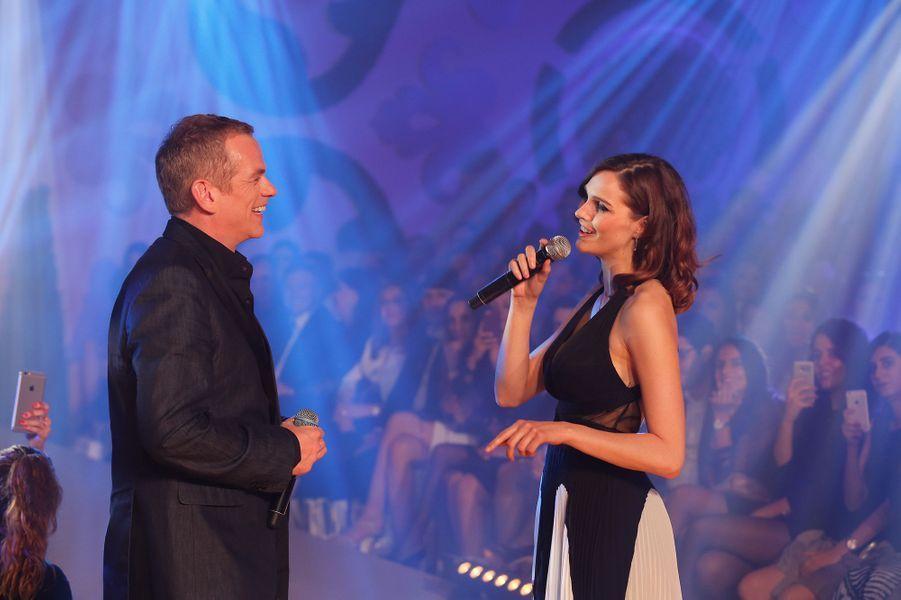 """Camille Lou et Garou chantent """"Sous le vent"""", au Casa Fashion Show"""" le 15 avril 2017."""