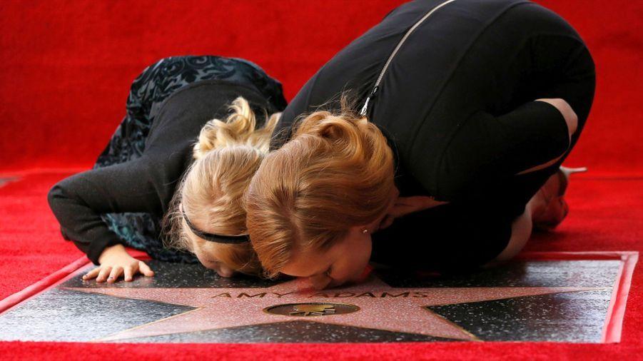 Amy Adams et sa fille embrassent l'étoile sur le Walk of Fame d'Hollywood.