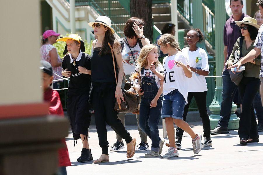 Angelina Jolie fête les 9 ans de ses jumeaux, Vivienne et Knox, à Disneyland, le 12 juillet 2017.