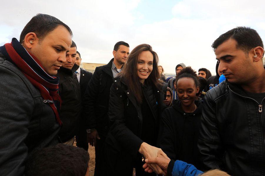 Angelina Jolie et sa fille Zahara lors de leur visite du camp deZaatari, en Jordanie