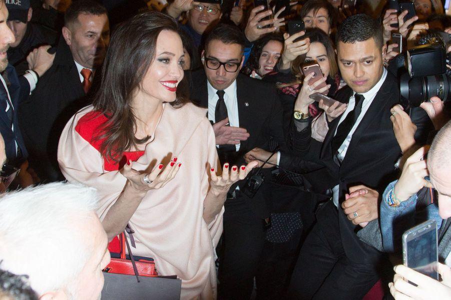 Angelina Jolie sort de la boutique Guerlain sur les Champs-Elysées à Paris, le 30 janvier 2018.