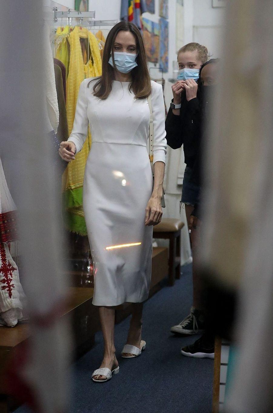 Angelina Jolie en shopping avec ses filles Zahara et Shiloh dans une boutique de Los Angeles le 8 janvier 2021