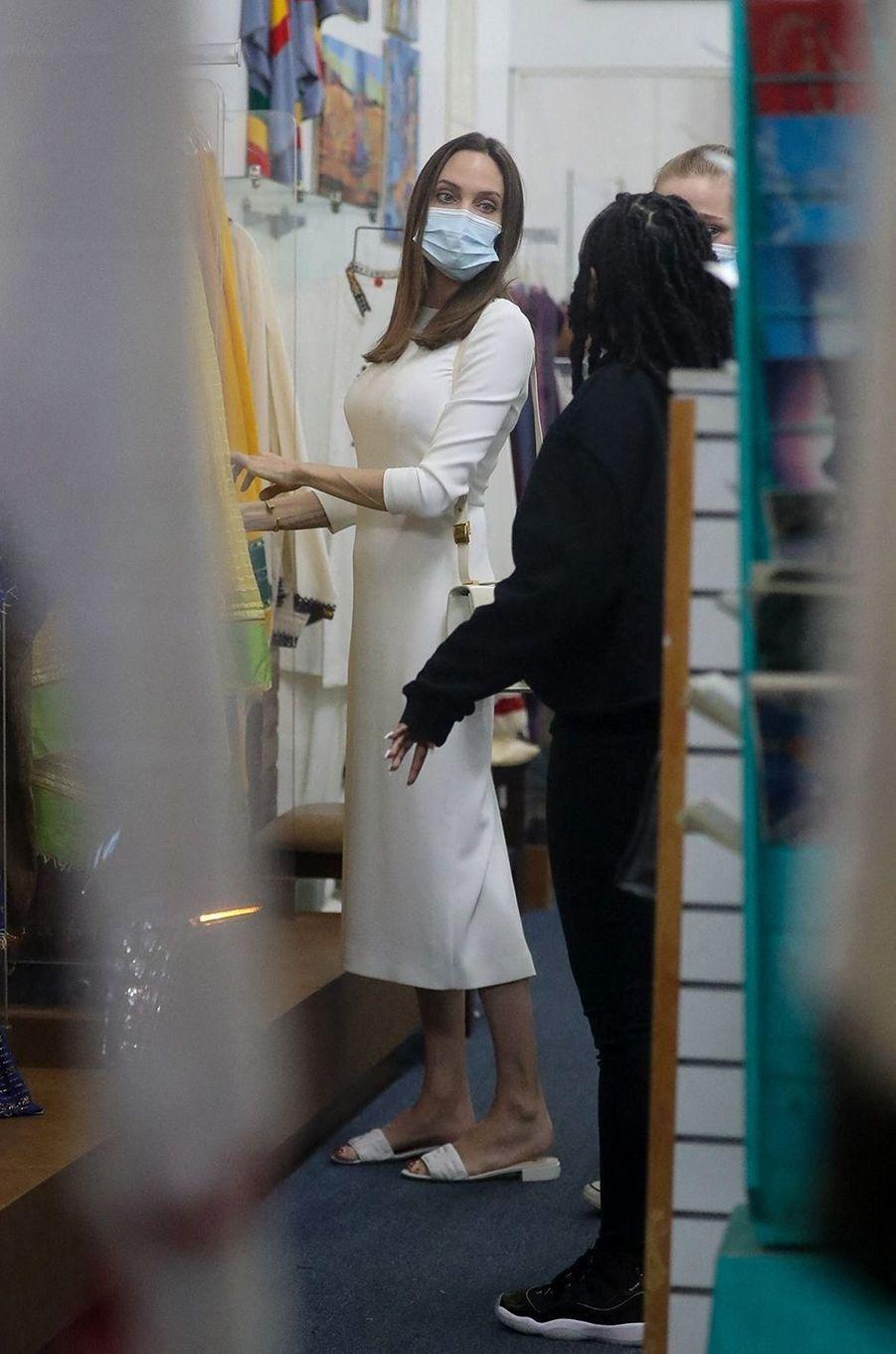 Angelina Jolie en shopping avec ses filles Zahara et Shilohdans une boutique de Los Angeles le 8 janvier 2021