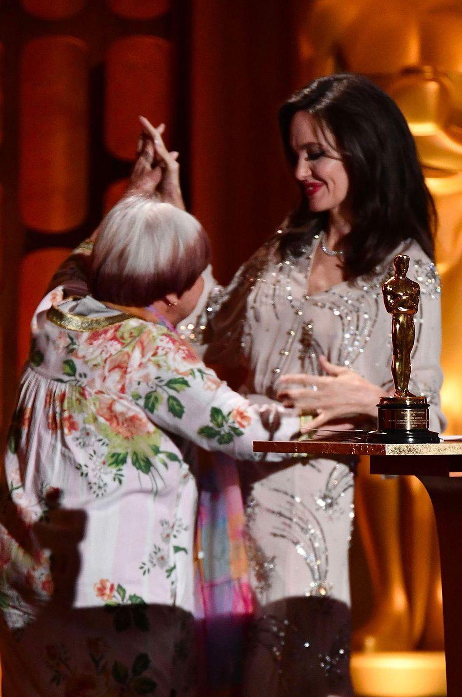 Angelina Jolie et Agnès Varda dansent aux Governors Awards à Los Angeles, samedi 11 novembre