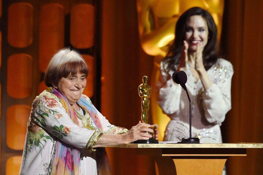 Angelina Jolie remet l'Oscar à Agnès Varda aux Governors Awards à Los Angeles, samedi 11 novembre