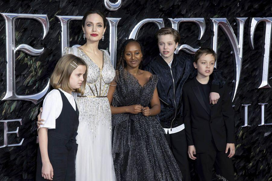 """Angelina Jolie et ses enfants à l'avant-première de""""Maléfique : le Pouvoir du Mal"""", à Londres mercredi"""
