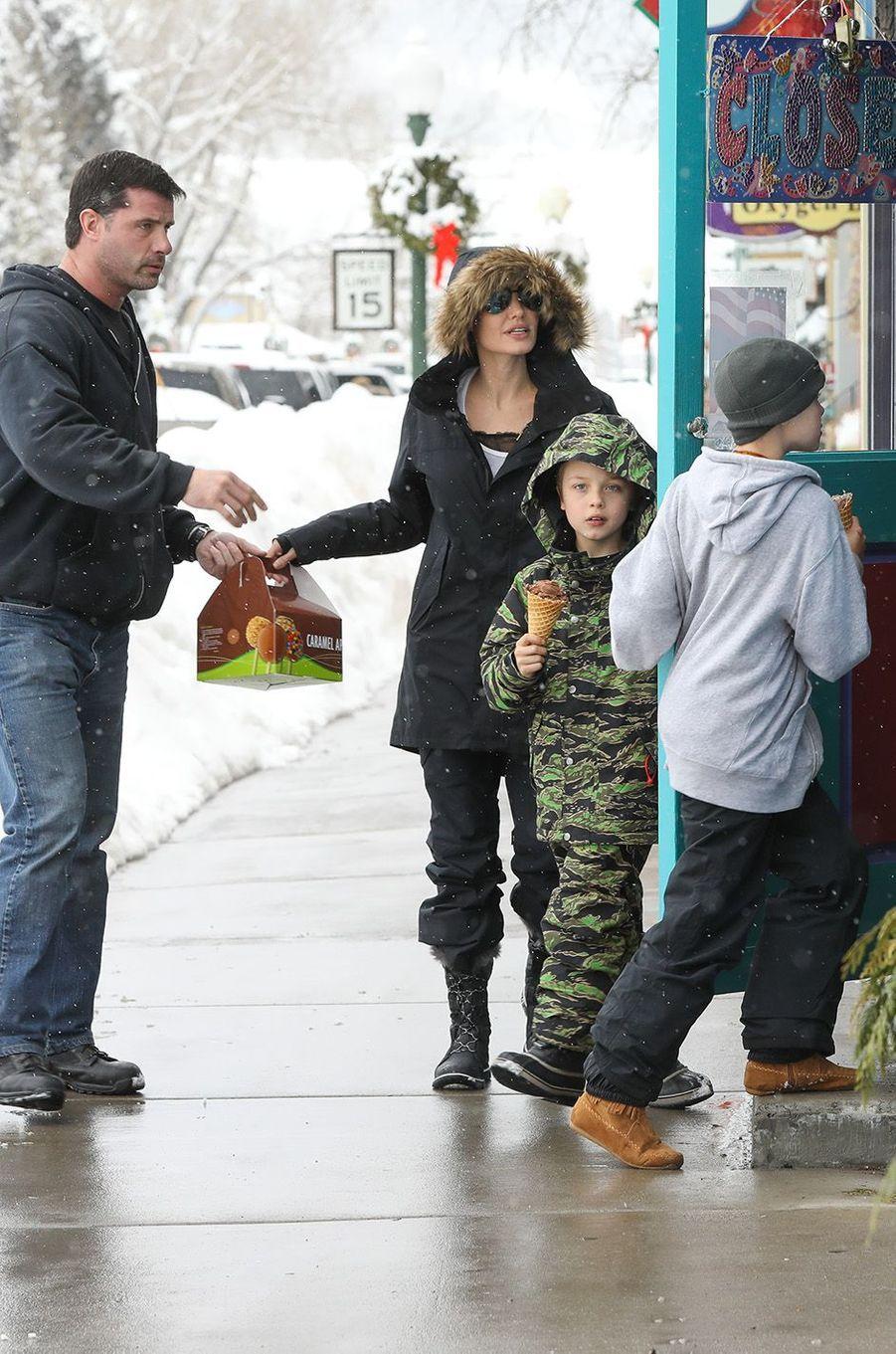 Angelina Jolie et ses enfants en vacances dans les montagnes du Colorado, le 2 janvier 2017.