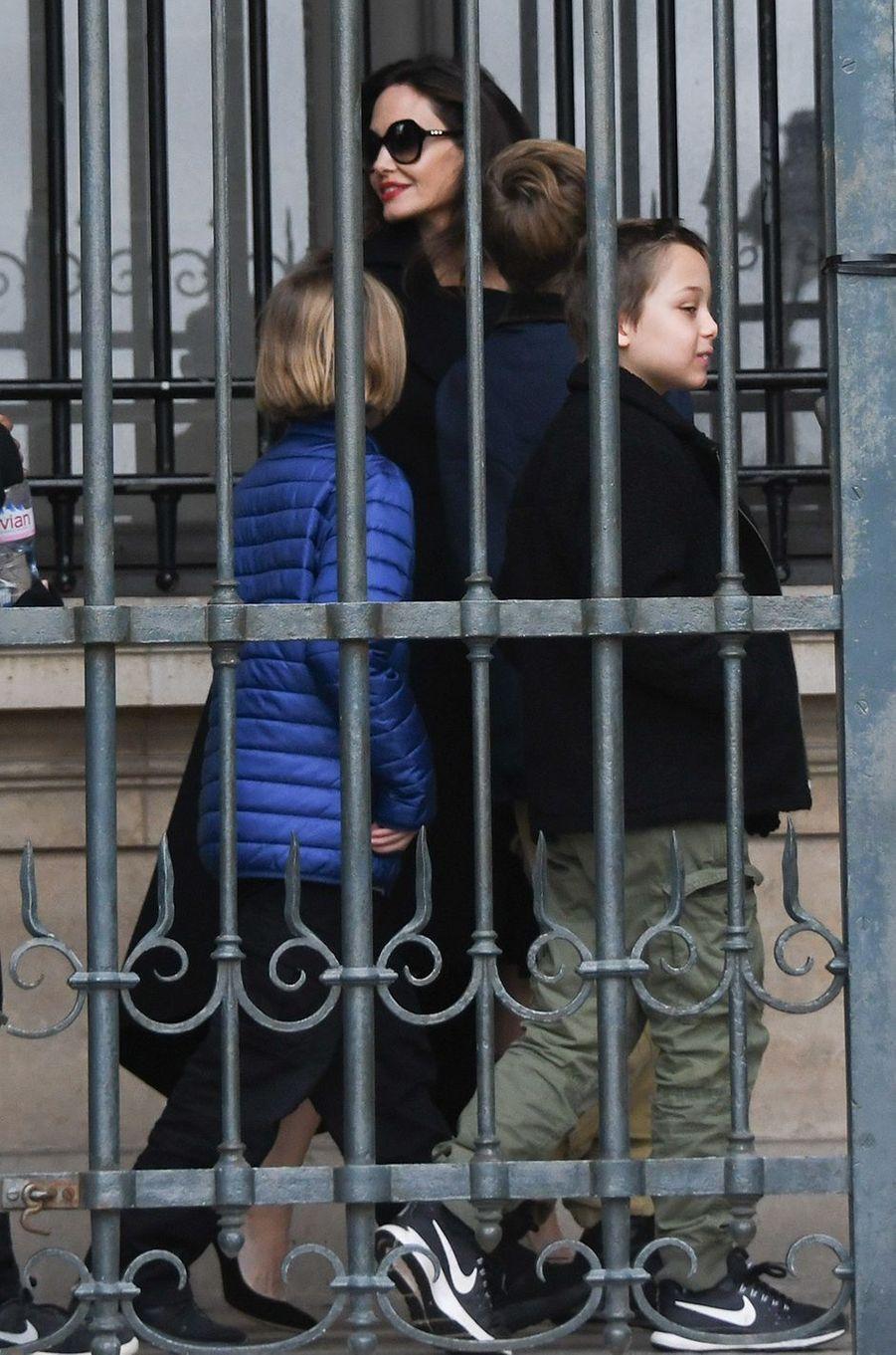 Angelina Jolie et ses six enfants en visite au Louvre, le 30 janvier 2018.