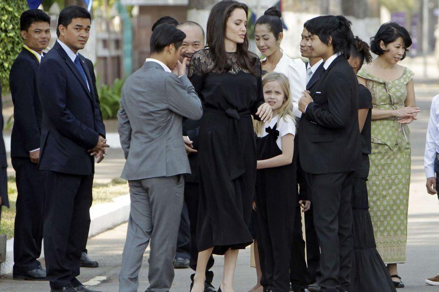 Angelina Jolie et ses enfants Pax, Maddox, Zahara, Vivienne et Shiloh au Cambodge, le 18 février 2017.